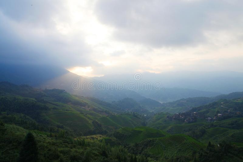 Campos colgantes verdes, terraza a lo largo de las montañas con shinning de la sol imagenes de archivo