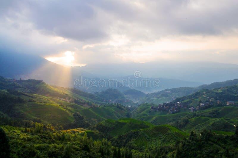Campos colgantes verdes, terraza a lo largo de las montañas con shinning de la sol fotos de archivo