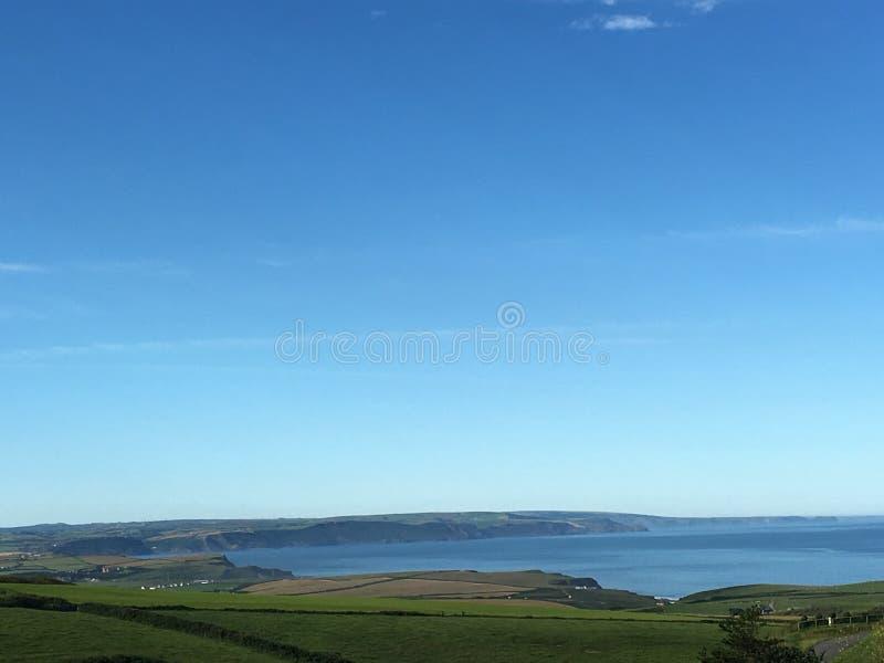 Campos costeros con un cielo claro por el mar fotografía de archivo libre de regalías