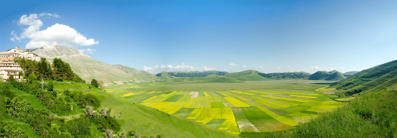 Campos cultivados de Pian Prande de Castelluccio di Norcia Perug fotos de archivo