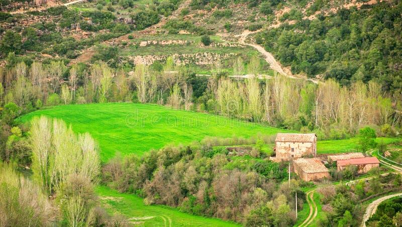 Campos da vista bonita e casa rural Cardona, Spain Única casa da exploração agrícola em uma área rural fotos de stock royalty free