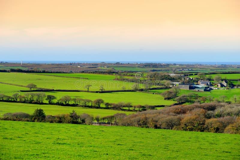 Campos de Cornualles escénicos debajo del cielo de la tarde, Cornualles, Inglaterra imagen de archivo libre de regalías