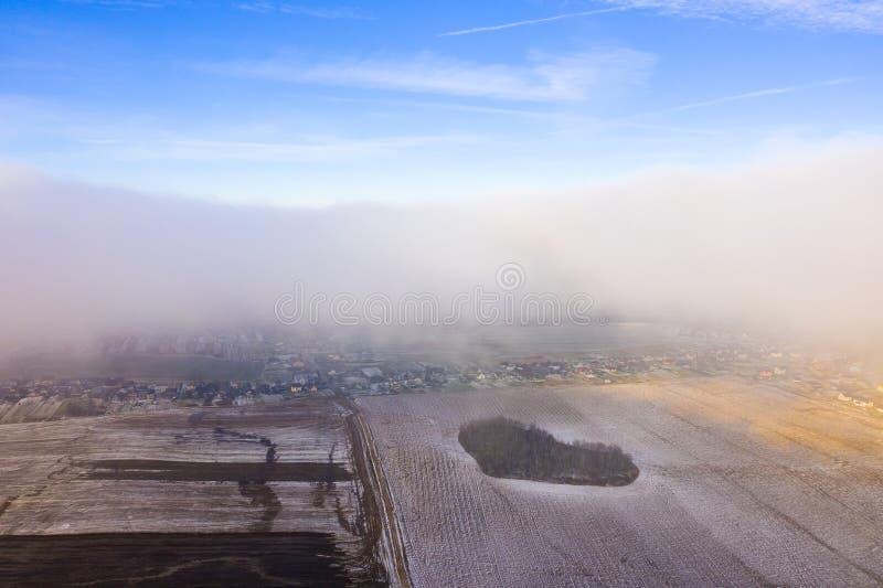 Campos de cultivo cubiertos en nieve Cloudscape aéreo fotografía de archivo libre de regalías