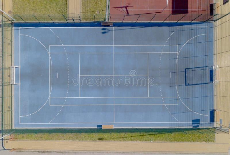 Campos de tênis azuis com relvado artificial Tiro da altura do voo do pássaro Campo de Minifootball com uma porta Vista do fotografia de stock royalty free