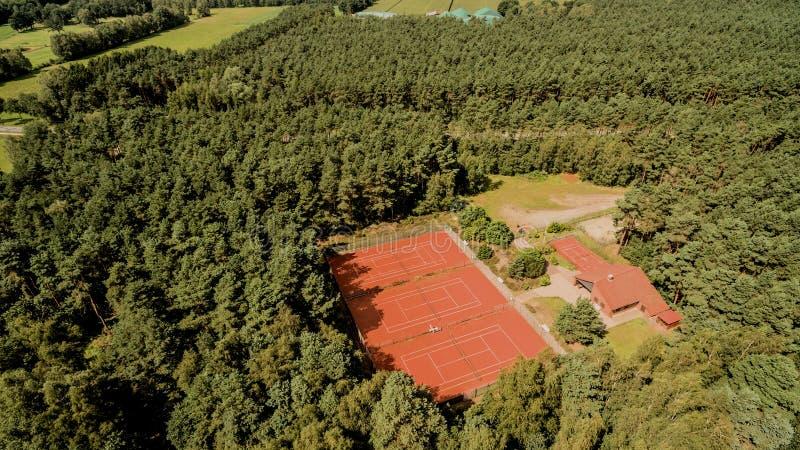 Campos de tênis em uma floresta densa, foto aérea imagens de stock royalty free