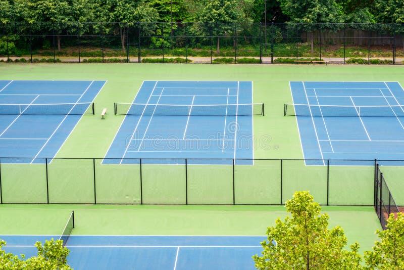 Campos de tênis no parque de comunidade foto de stock royalty free