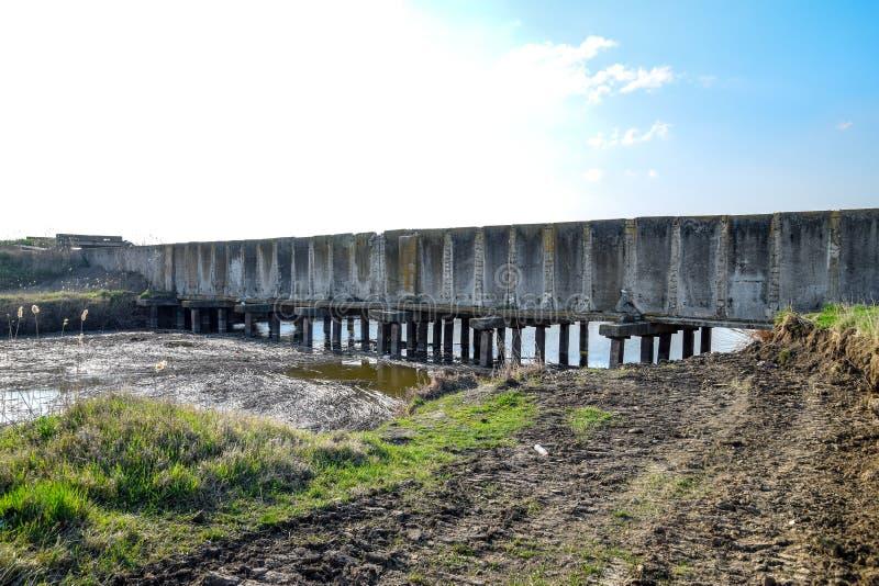 Campos del arroz del sistema de irrigación del canal Túnel concreto para el canal de la irrigación imagen de archivo