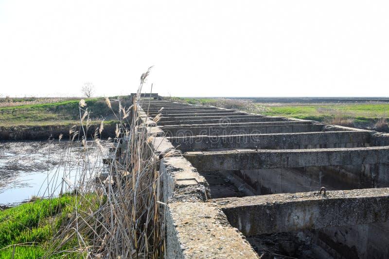 Campos del arroz del sistema de irrigaci?n del canal T?nel concreto para el canal de la irrigaci?n fotografía de archivo libre de regalías