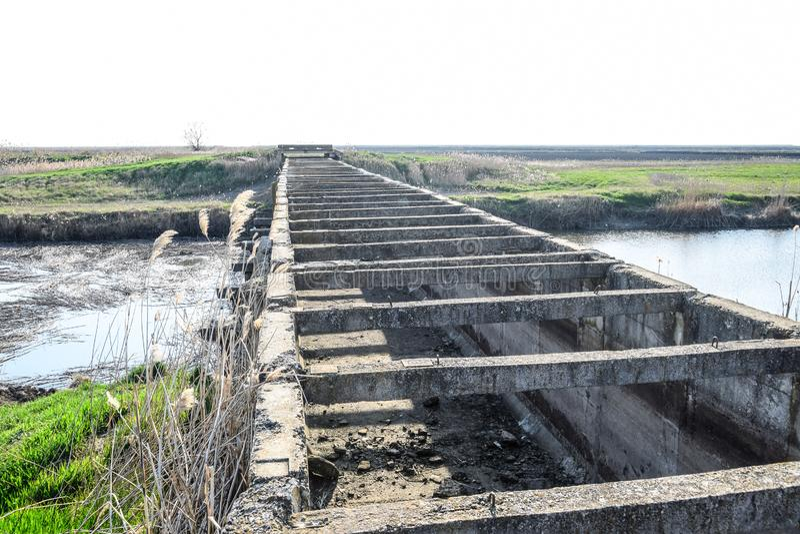 Campos del arroz del sistema de irrigaci?n del canal T?nel concreto para el canal de la irrigaci?n fotos de archivo libres de regalías