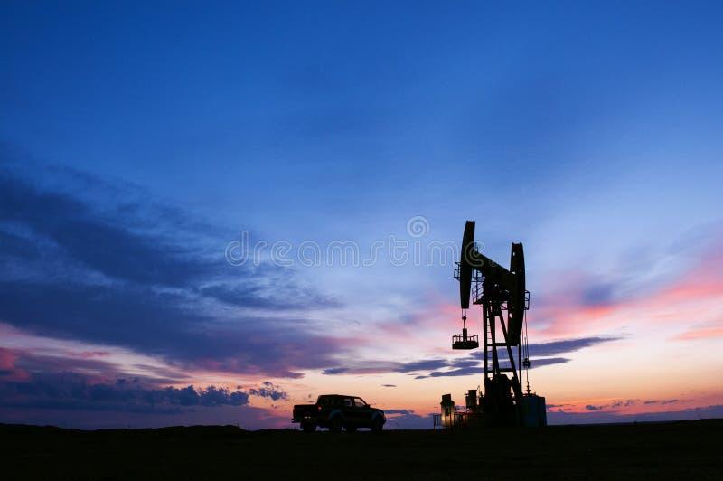 Campos petrolíferos do nascer do sol foto de stock royalty free