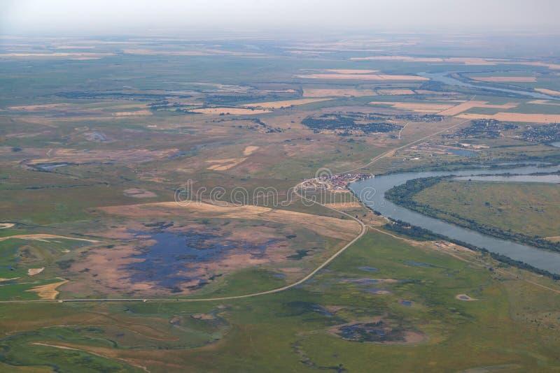 Campos, prados, pântanos, um rio e diversas vilas de uma opinião de olho de pássaros fotografia de stock royalty free