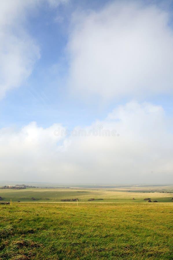 Campos y cielo abiertos de par en par fotos de archivo