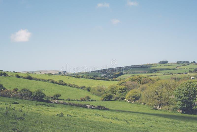 Campos y colinas del paisaje en Cornualles Reino Unido imagenes de archivo