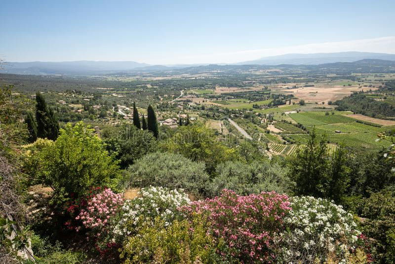 Campos y prados en valle debajo de Gordes, Provence imagenes de archivo