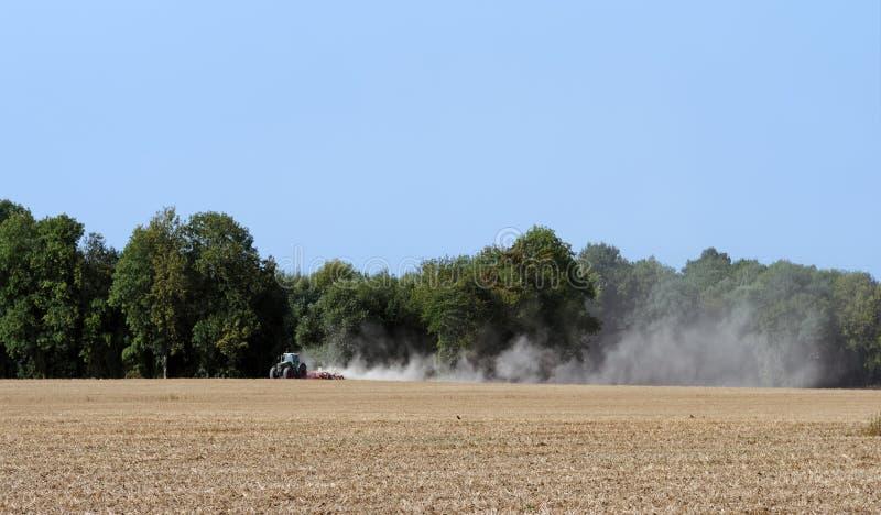 Campos y tractor de trigo en la región de ÃŽle de Francia imagen de archivo