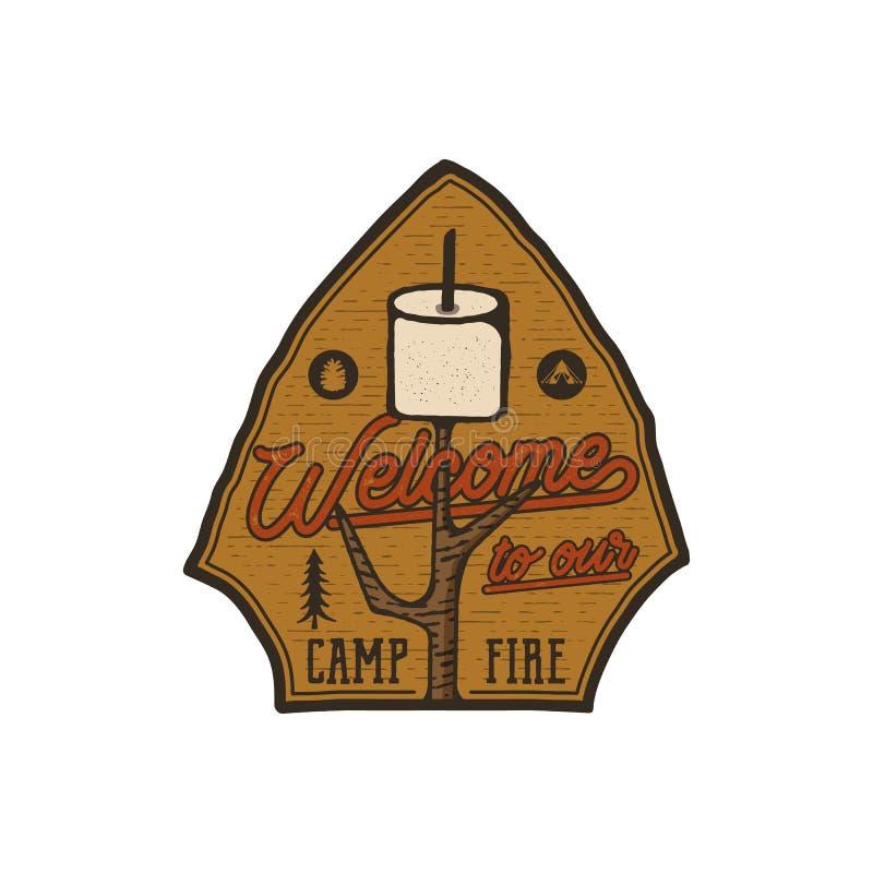 Campsite loga emblemat Rocznik podróży ręka rysująca odznaka Uwypuklający marshmallow i wycena - powitanie nasz ognisko ilustracji