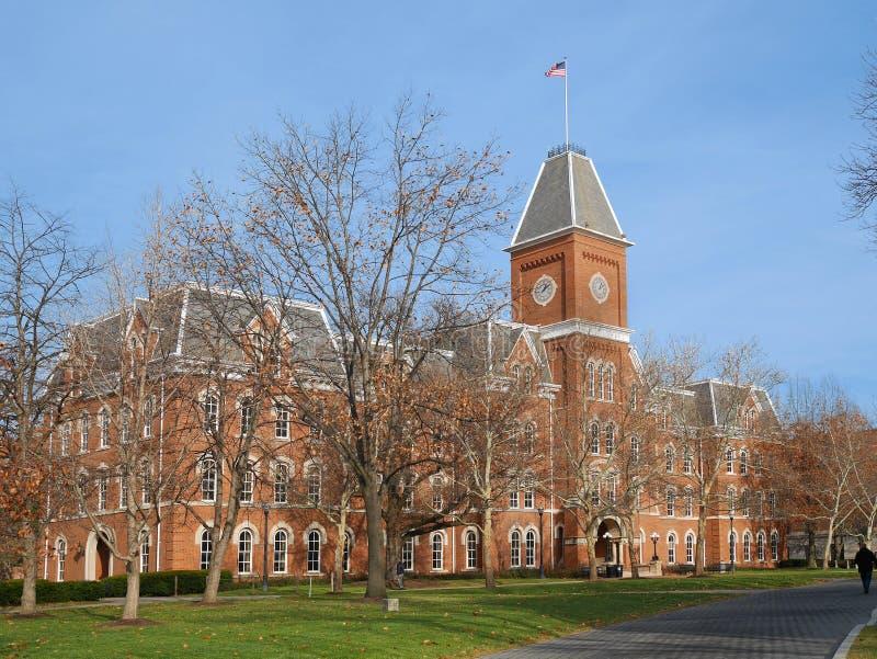 Campus de la universidad con el buildin del ladrillo rojo imagen de archivo libre de regalías