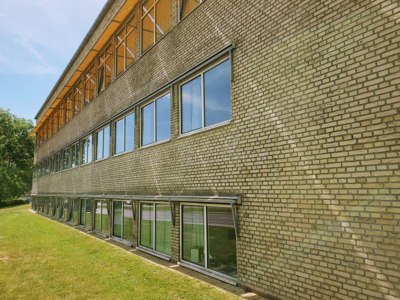 Campus universitaire d'Aarhus, façade avec les briques jaunes et tentes photographie stock