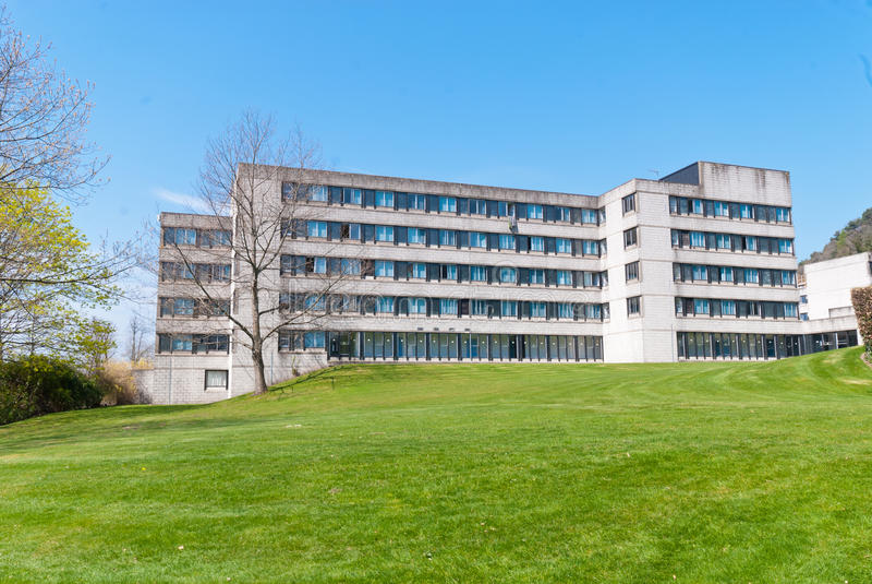 Campus universitario imágenes de archivo libres de regalías