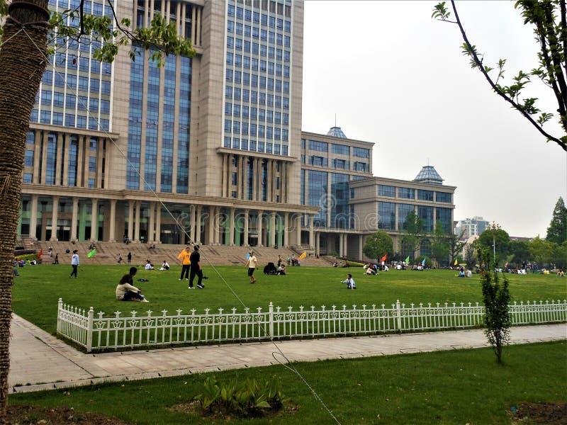 Campus universitario de Fudan en la ciudad de Shangai, China Estudiantes y conocimiento fotos de archivo libres de regalías