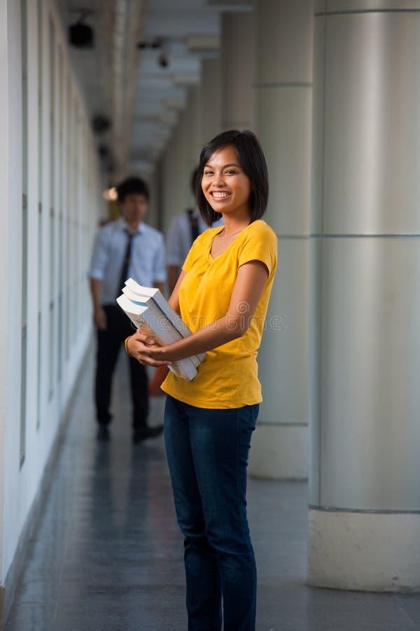 Campus universitario lindo de risa del estudiante universitario foto de archivo