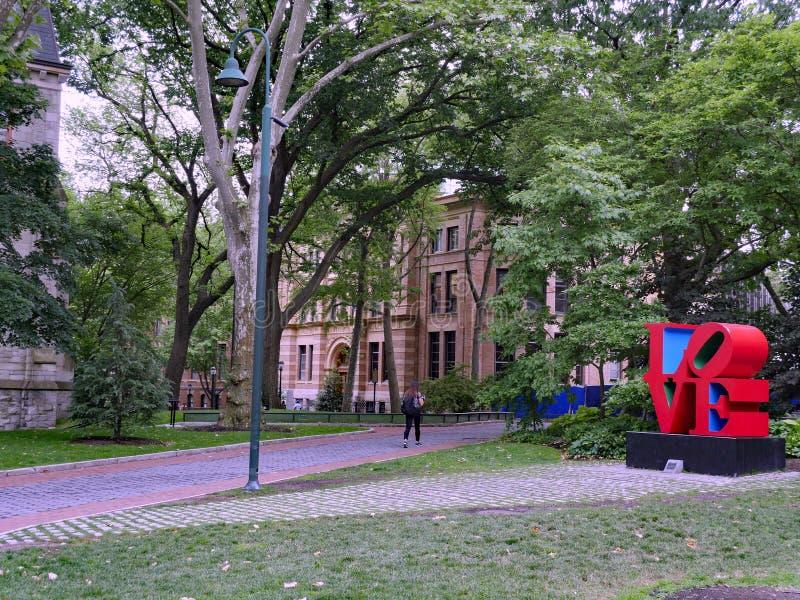 Campus van de Universiteit van Pennsylvania, voorbij een reproductie van het beroemde beeldhouwwerk van de pop-artliefde stock fotografie