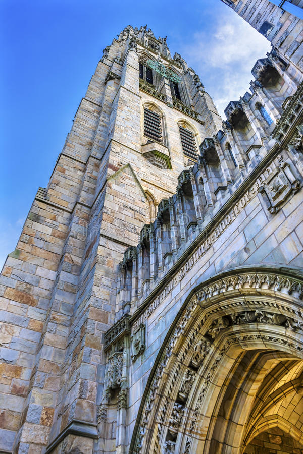 Campus viejo Yale University New Haven Connecticut de la torre de Harkness del arco fotos de archivo