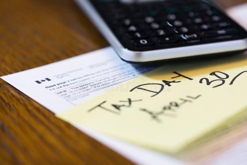 Canadá imposto dia imposto do 30 de abril com da calculadora e da nota pegajosa fotografia de stock