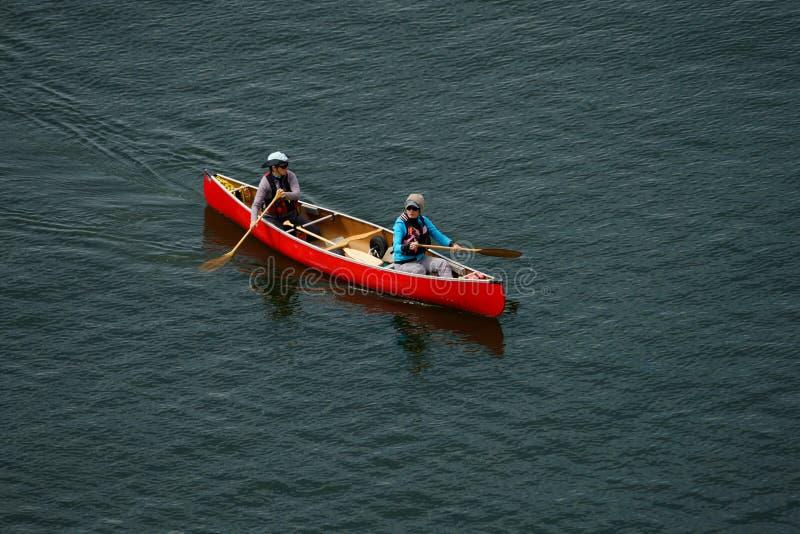 Canada de Vancouver, mai 2017 deux femmes kayaking avec le kayak rouge photographie stock