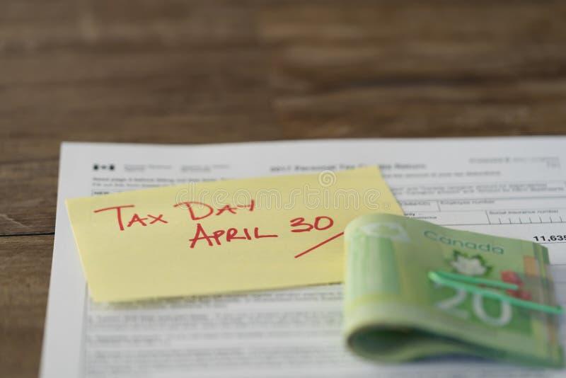 Canada impôt jour impôt du 30 avril de avec remboursement d'argent liquide d'en haut photo libre de droits