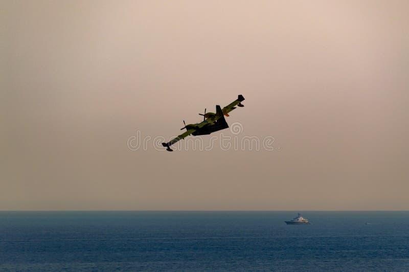 Canadair, die für einen feuerbekämpfenden Auftrag verlässt stockfotos