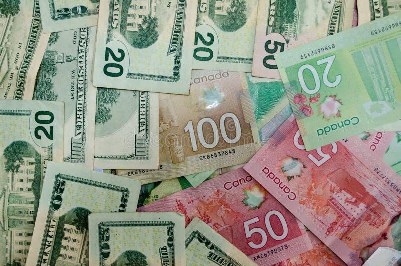 Canadense e dólares da moeda dos EUA da denominação 20,50 e 100 imagem de stock royalty free