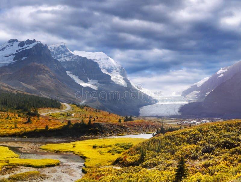 Canadense jaspe de Montanhas Rochosas, Banff, via pública larga e urbanizada de Icefields, geleira de Athabasca foto de stock royalty free