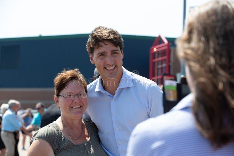 Canadese Eerste minister Justin Trudeau Posing voor Selfie stock afbeeldingen