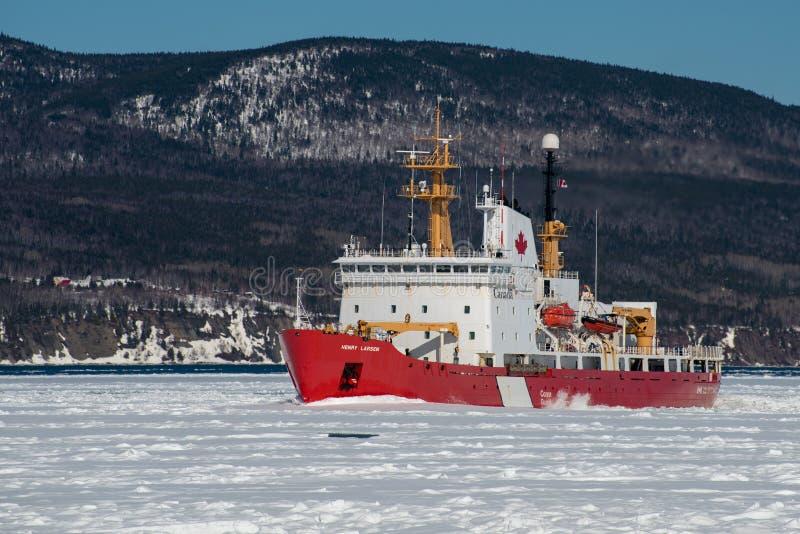 Canadese Kustwachticebreaker Henry Larsen op het werk in de Gaspe Baai stock afbeeldingen