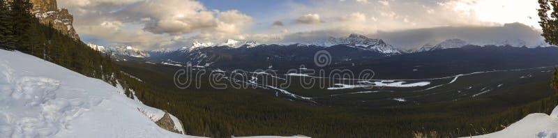 Canadese panoramico Montagne Rocciose del parco nazionale di Banff del paesaggio di River Valley dell'arco fotografia stock libera da diritti