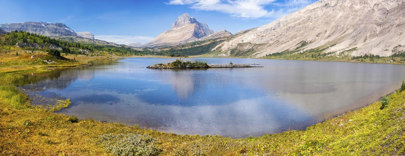 Canadese Rocky Mountains del parco nazionale di Lake Wide Autumn Panoramic Landscape Green Meadow Banff del panettiere immagini stock libere da diritti