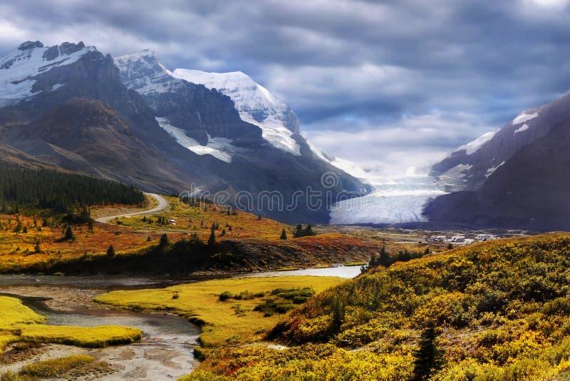 Canadese Rotsachtige Bergen, Icefields-Brede rijweg met mooi aangelegd landschap, Athabasca-Gletsjer royalty-vrije stock afbeeldingen