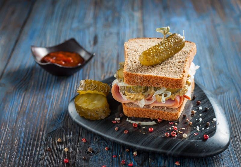 Canadese sandwich met ham, groenten in het zuur, ui en mosterd stock foto's