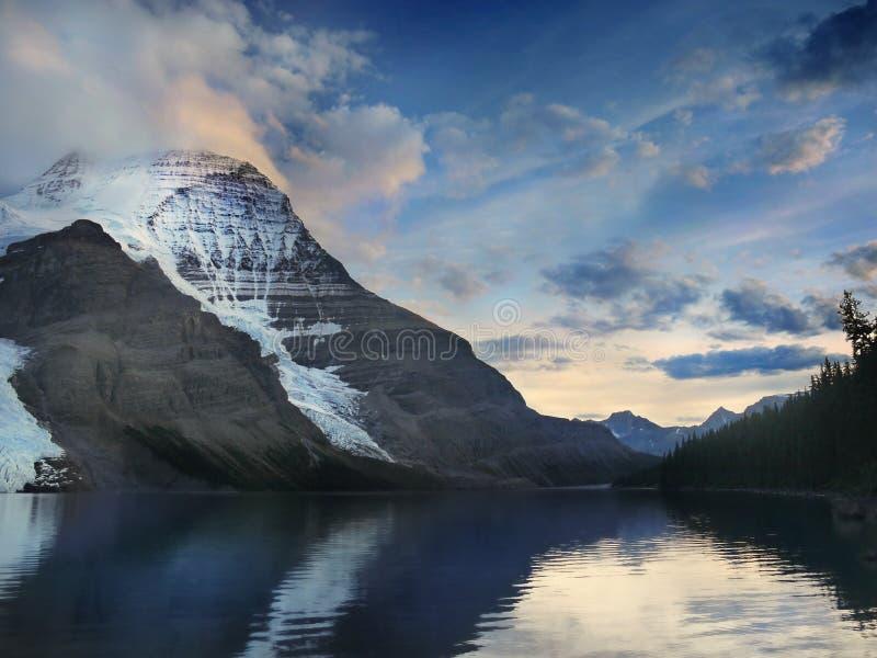 Canadien coucher du soleil de glacier des Rocheuses, lac moraine photos libres de droits