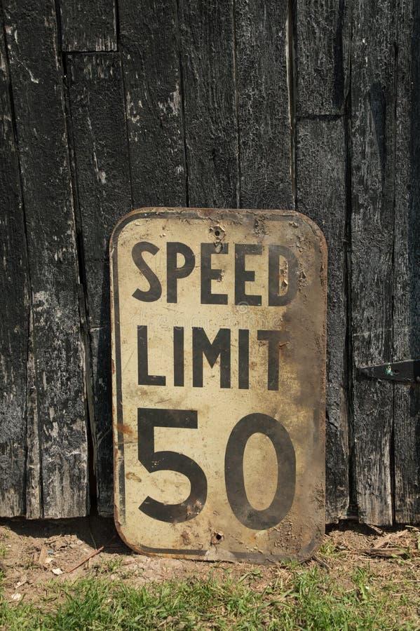 Canadien spoeed sale de panneau routier de la limite 50km de vieux vintage images stock