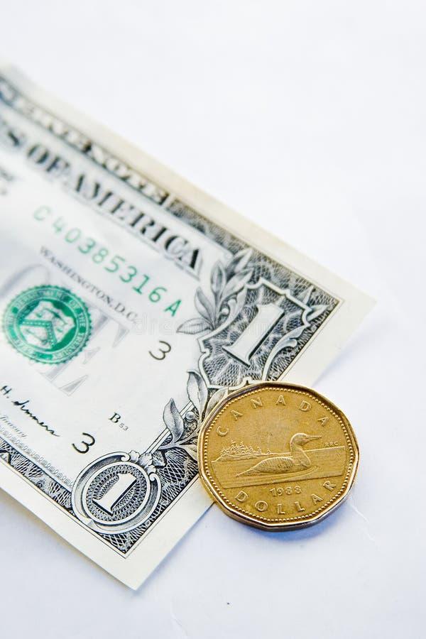 Canadiense CONTRA dólar americano fotos de archivo
