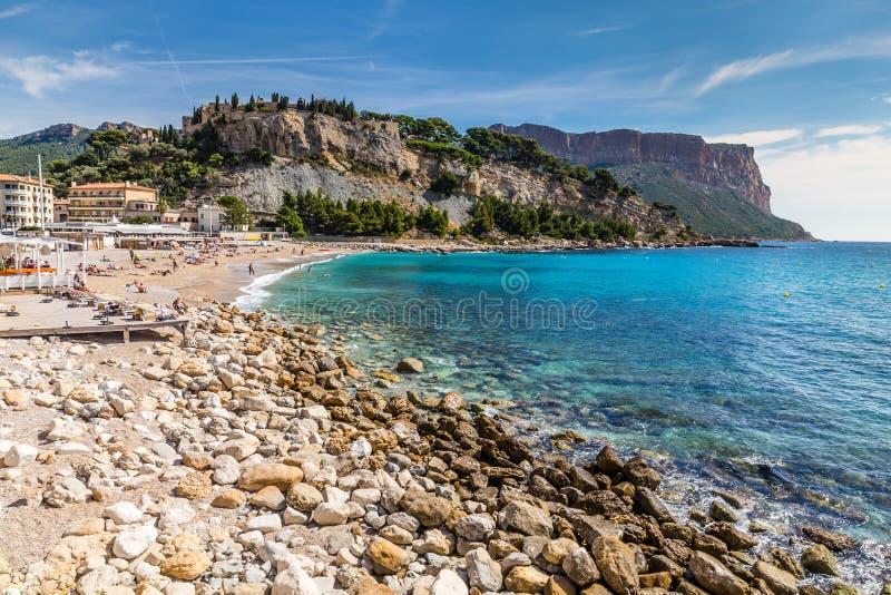 Canaille-cassis pierreux de plage et de chapeau, Frances photos libres de droits