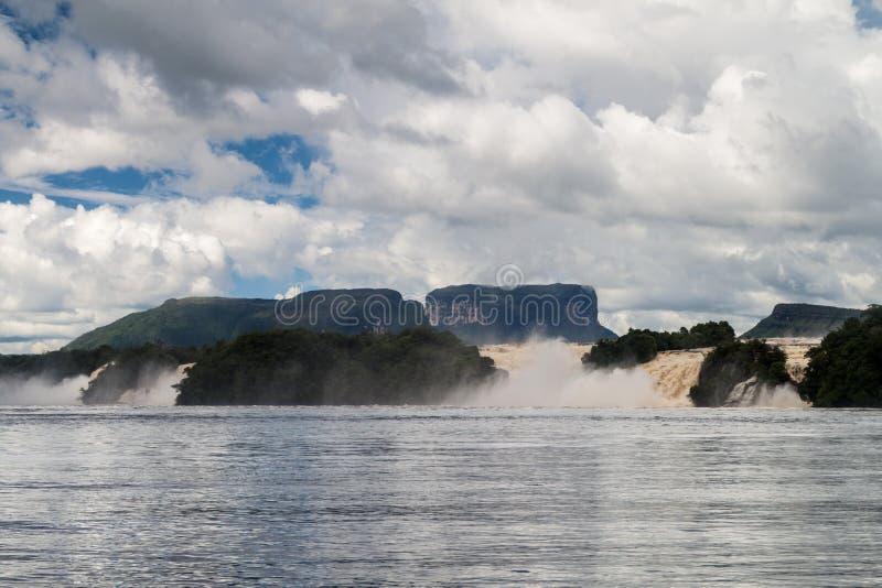 Canaima盐水湖瀑布 免版税库存照片