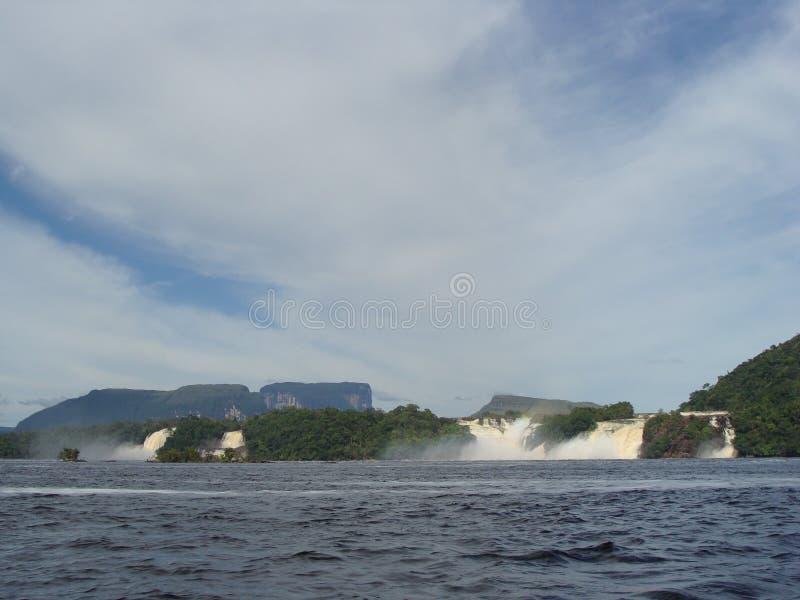 Canaima laguna wewnątrz stać na czele siklawy obraz royalty free