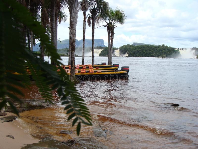 Canaima laguna wewnątrz stać na czele siklawy zdjęcia royalty free