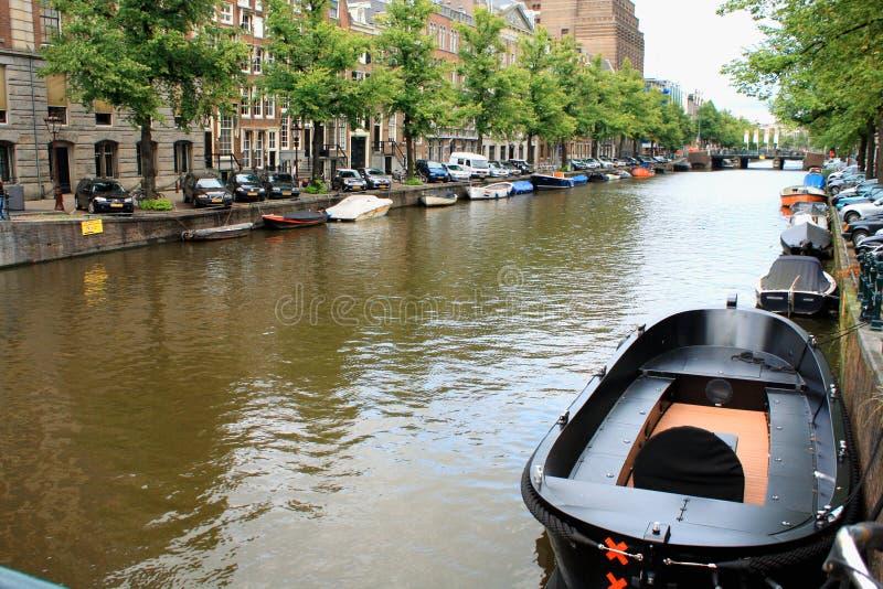 Canais de Amsterdão Amsterdão é o capital e a mais populoso imagens de stock royalty free