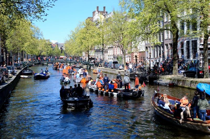 Canais de Amsterdão durante o dia do rei foto de stock