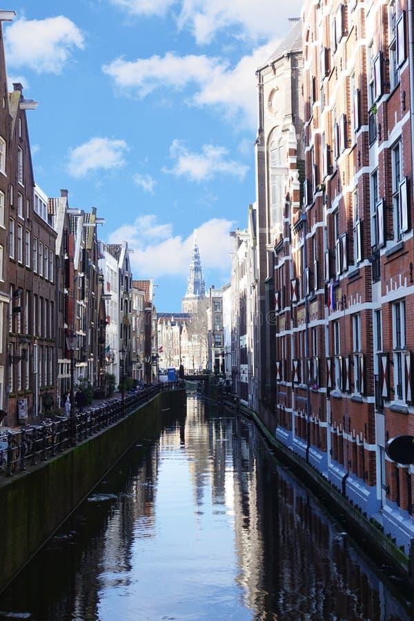 Canais de Amsterdão em um dia ensolarado bonito da mola imagem de stock