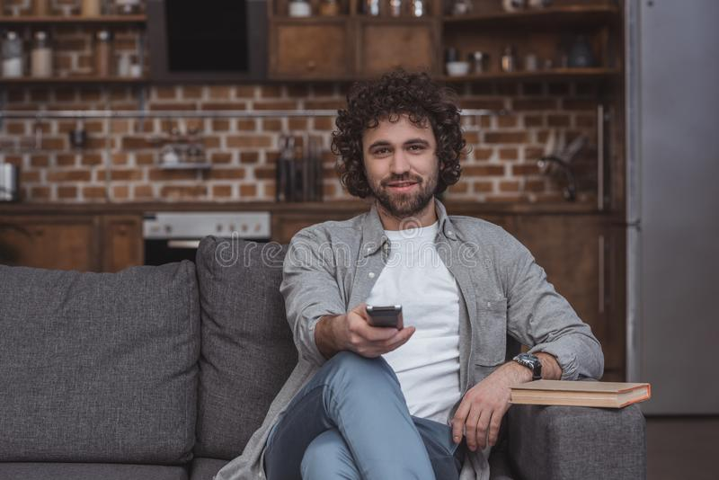 canais de televisão em mudança do homem considerável com controlo a distância fotos de stock royalty free